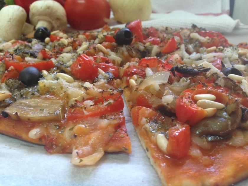 Pizza de pimiento rojo, champiñones, cebolla y piñones