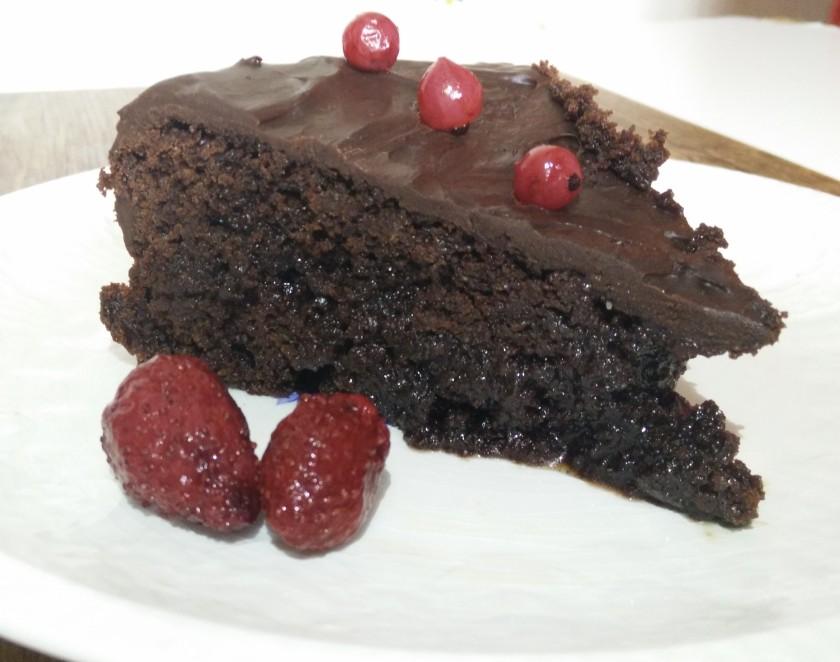 Tarta de chocolate con bizcocho bañado en almíbar