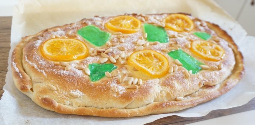 Coca de Sant Joan rellena de crema de naranja y guindas lista!