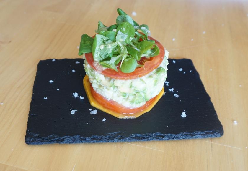 Ensalada vertical de patata, aguacate, tomate y calabaza con vinagreta de Dijon