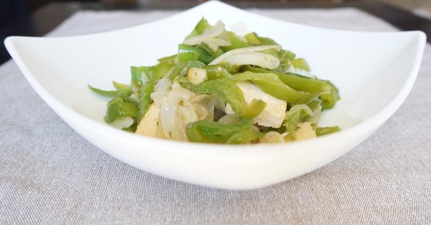 Tofu con pimiento verde, cebolla y especias